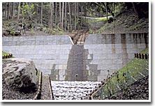 コンクリートと木材利用による床固工(西茨城郡岩瀬町内)