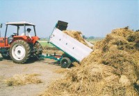 収穫後の藁を回収し、堆肥として利用します。
